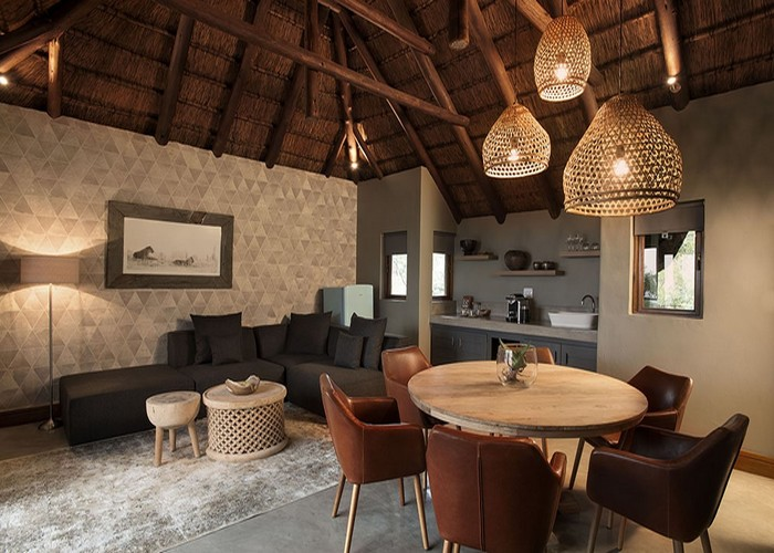 Mhondoro-Game-Lodge-Family-Suite-2