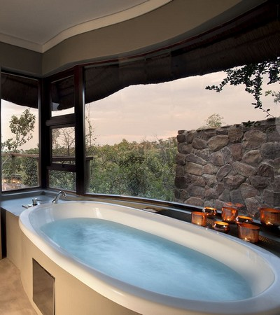 Mhondoro-Game-Lodge-Luxe-Bathroom